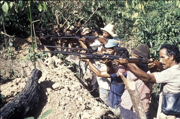 A guerra da Amazônia: Depois de ter suas casas queimadas, um grupo de sem-terra se arma para se proteger dos pistoleiros, nesta imagem do filme Matando por terras (Foto: Divulgação)