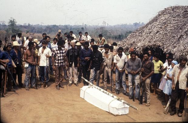 Morrendo por terras: Posseiros enterram um companheiro assassinado por pistoleiros, em uma cena filmada por Adrian Cowell (Foto: Divulgação)