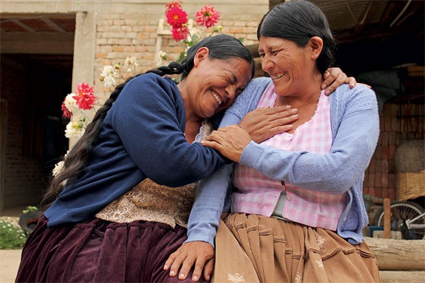 NO CORAÇÃO Maria Rodríguez Barrios (à dir.) no quintal da casa de Cristina Salazar López. Elas fizeram uma viagem a Cochabamba em busca de um marca-passo (Foto: Vânia Alves)
