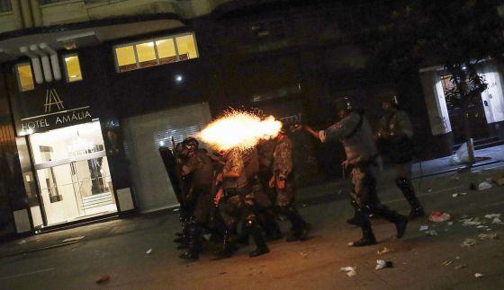 Policial dispara contra manifestantes em São Paulo, no dia 16 NACHO DOCE REUTERS