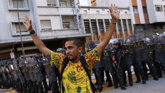 Manifestante diante de um cordão policial em São Paulo. NACHO DOCE REUTERS