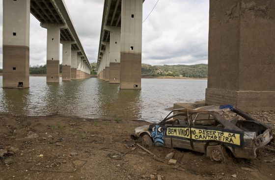 Carro abandonado em Atibainha, que integra o sistema Cantareira. ANDRÉ PENNER AP (El País)