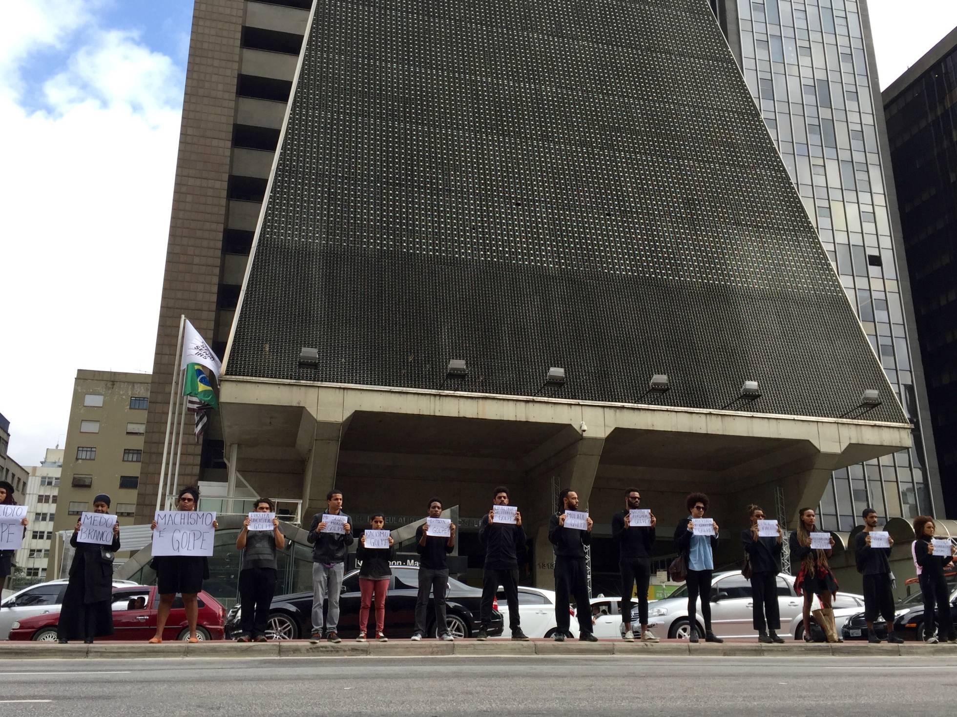 ef3651add Manifestantes protestam em frente à sede da FIESP, na avenida Paulista.  JOÃO LUIZ GUIMARÃES