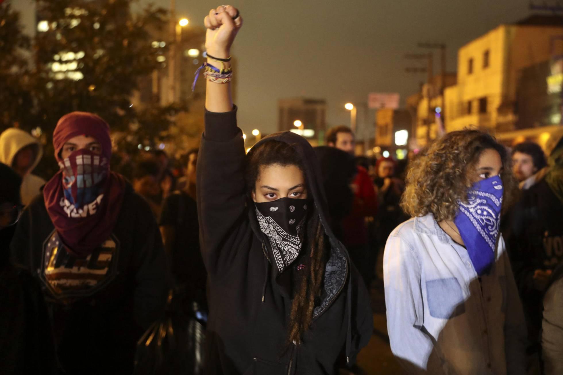 Jovens mascarados em protesto contra o Governo Temer (Foto: Sebastião Moreira/EFE - El País)
