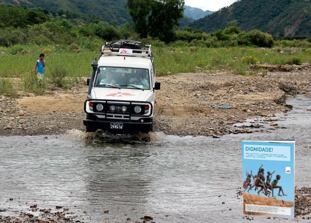 PRÊMIO Para alcançar os doentes, a equipe dos Médicos Sem Fronteiras precisa atravessar o rio que corta uma aldeia boliviana. No livro Dignidade!, nove escritores contam a experiência humanitária – 28 mil profissionais de saúde em 65 países – que recebeu o Nobel da Paz de 1999 (Foto: Vânia Alves)