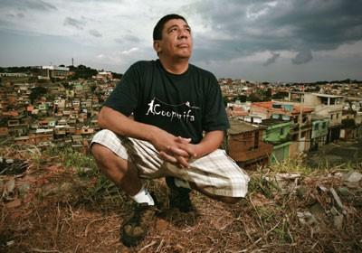 """COLECIONADOR DE PEDRAS O poeta Sérgio Vaz tornou-se uma das vozes mais originais da periferia. Na foto, ele posa numa das """"quebradas"""" da Zona Sul de São Paulo"""