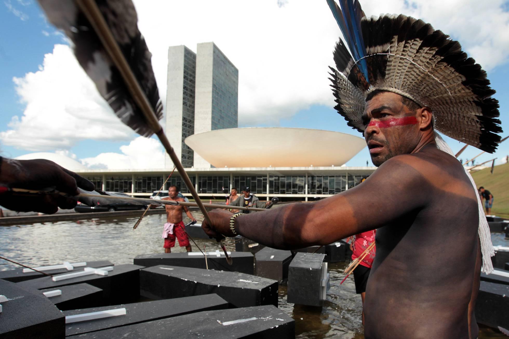 Movimentos indígenas protestam em Brasília, na última semana. JOÉDSON ALVES EFE (Reprodução El País)