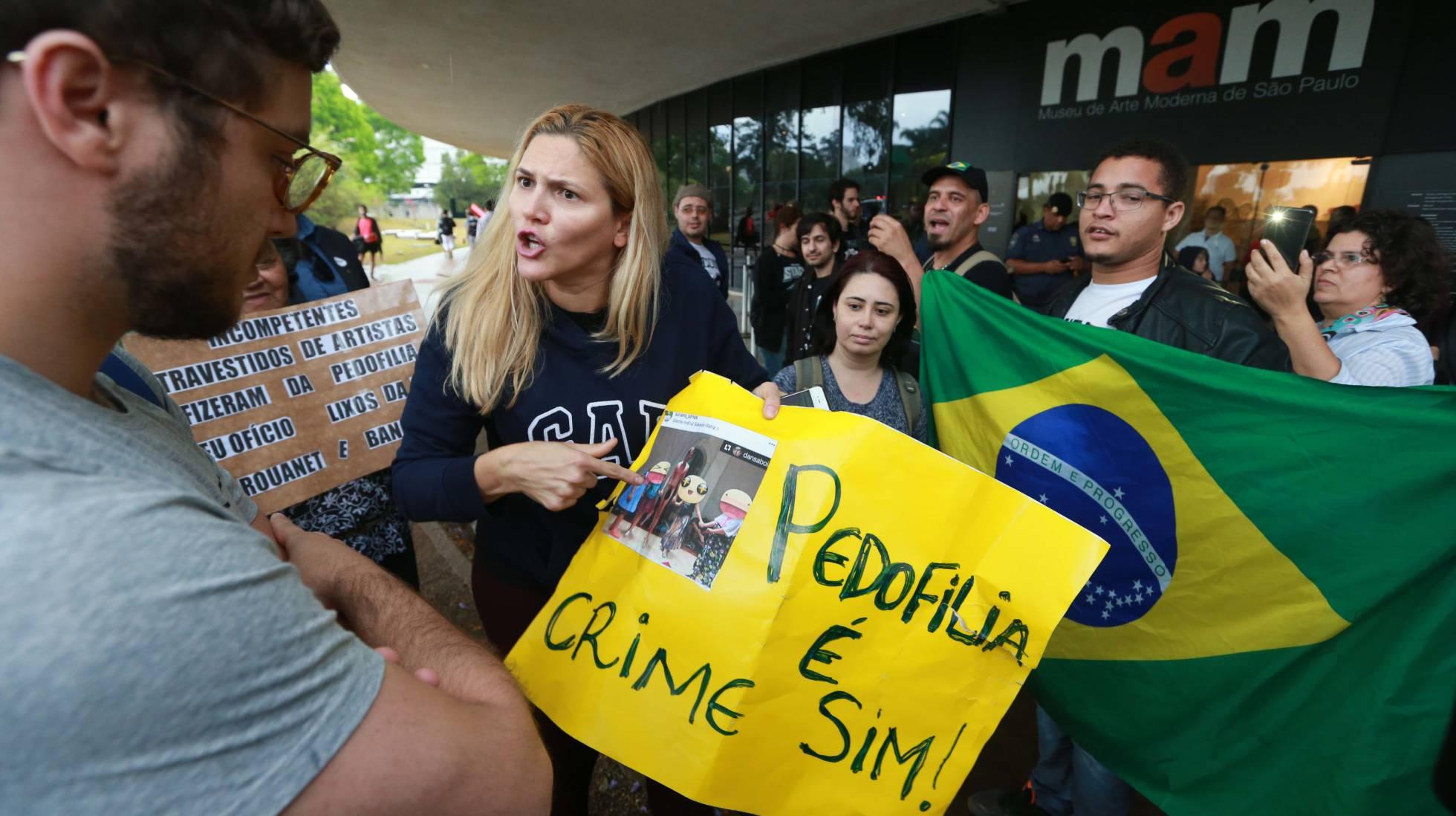 Manifestantes protestam no MAM em repúdio à apresentação do coreógrafo Wagner Schwartz no dia 30 de setembro (TIAGO QUEIROZ/ESTADÃO CONTEÚDO/ Reprodução El País)