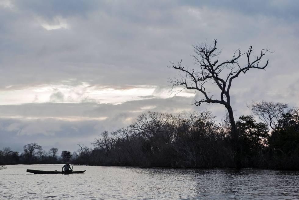 Ribeirinho no lago morto de Belo Monte Foto: Lilo Clareto CLARETO