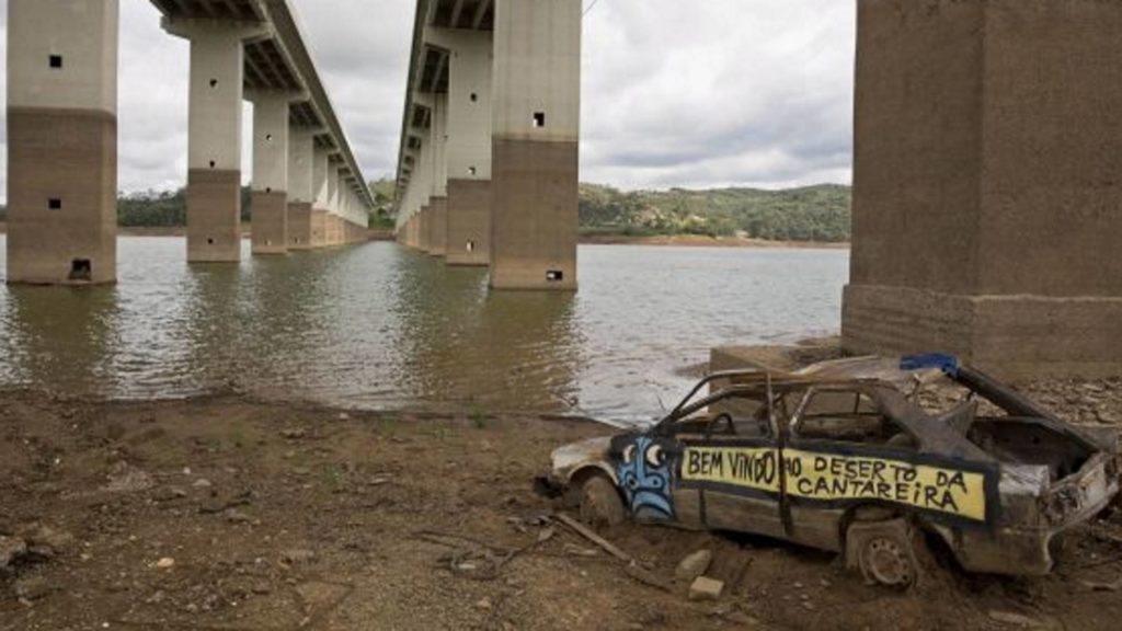 Carro abandonado em Atibainha, que integra o sistema Cantareira, em 2015 ANDRÉ PENNER AP (Reprodução do El País)