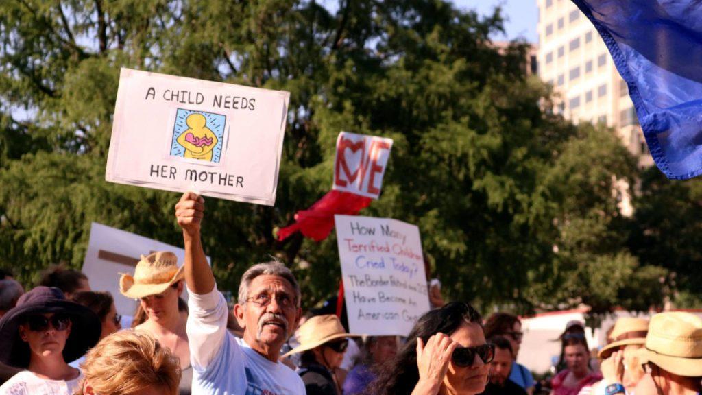 Manifestación en Texas contra la separación de familias en la frontera con México. JOSÉ MIGUEL PASCUAL EFE (Reprodução EL PAÍS)