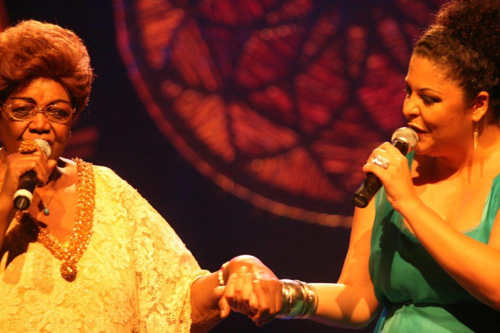 Dona Ivone Lara e Fabiana Cozza têm uma história juntas. Na foto, as duas cantoras em show de 2007 LEO GOLA DIVULGAÇÃO
