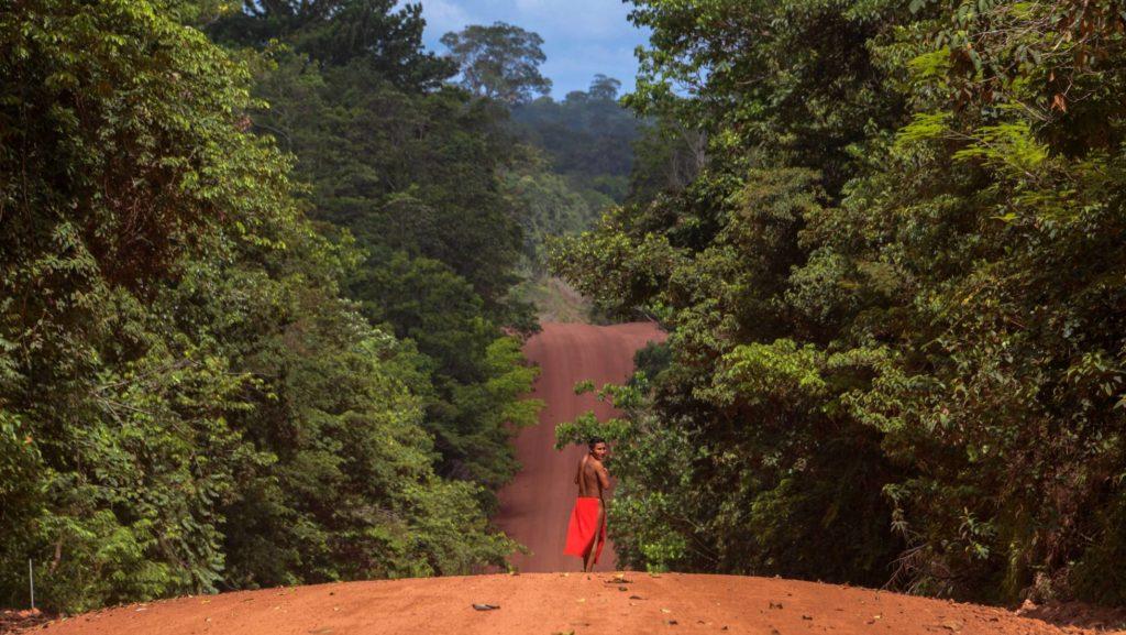 Un hombre indígena waiapi en la reserva de Amapa (Brasil). GETTY IMAGES (Reprodução do El País)