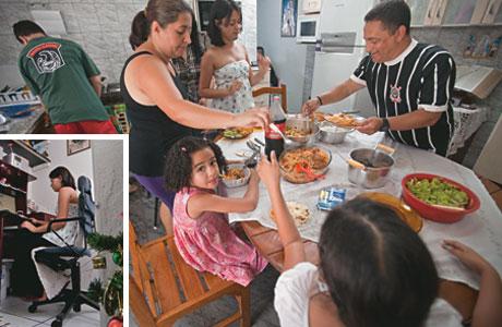"""A VIDA COMO ELA FINALMENTE É A família mede a ascensão social pela comida. No passado, sobreviveu com refeições de arroz com limão. Hoje come carne todos os dias. Na foto maior, o almoço de domingo. Na menor, Jade estuda para o vestibular com a ajuda do computador, sob o olhar severo de Che Guevara – """"um bicho feio demais"""""""