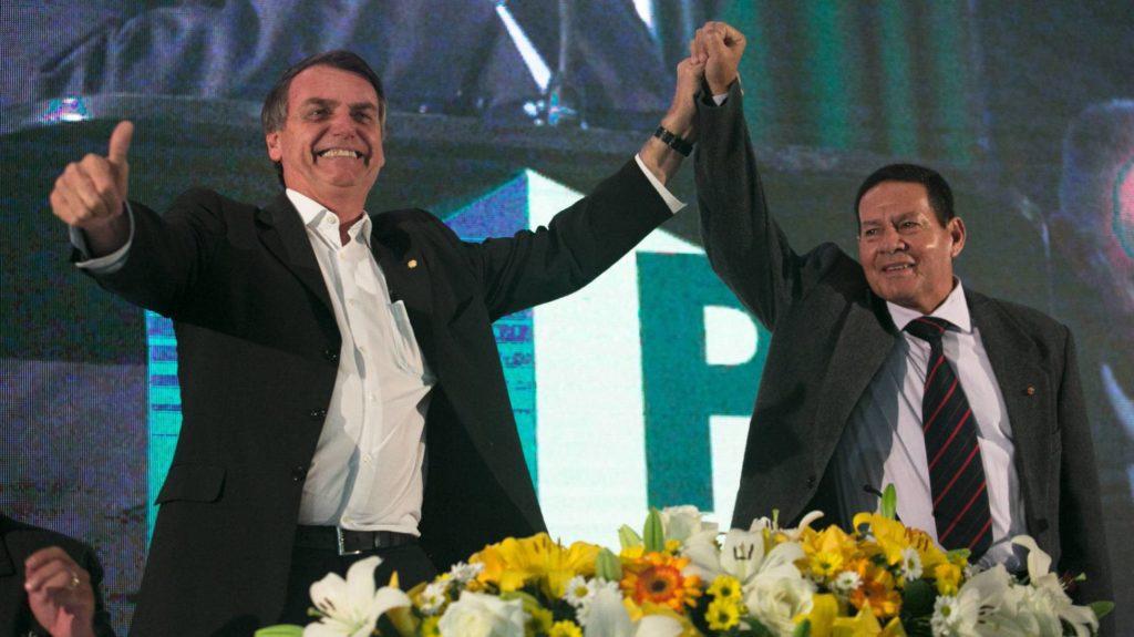 Bolsonaro e o General Hamilton Mourão. RAFAEL HUPSEL (FOLHAPRESS/Reprodução do El País)