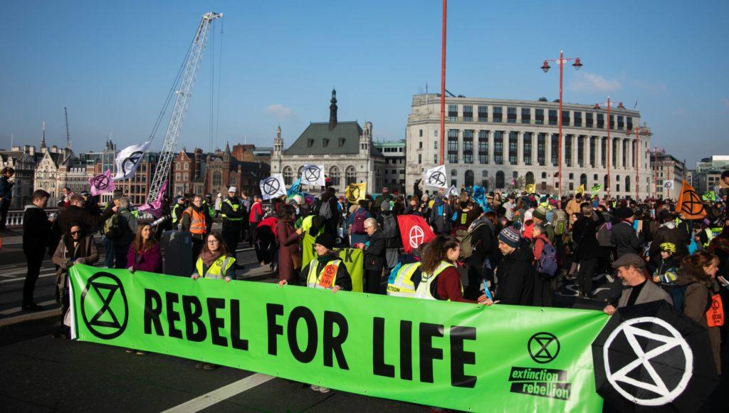 Manifestantes del movimiento Extinction Rebellion ocuparon cinco puentes de Londres el pasado sábado.( KRISTIAN BUUS IN PICTURES VIA GETTY IMAGES/Reprodução El País)
