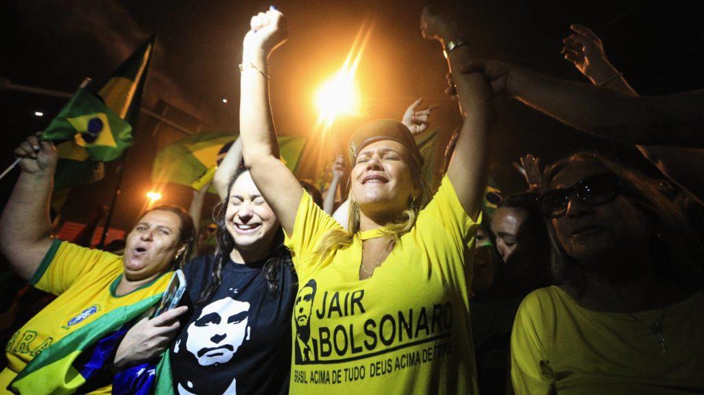 Votantes de Jair Bolsonaro celebran su victoria en las elecciones de Brasil el pasado 28 de octubre. BUDA MENDES/GETTY IMAGES (Reprodução do El País)