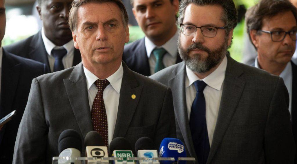 Bolsonaro ao lado do futuro chanceler Ernesto Araújo (Fot: Joédson Alves/ Reprodução do El País)
