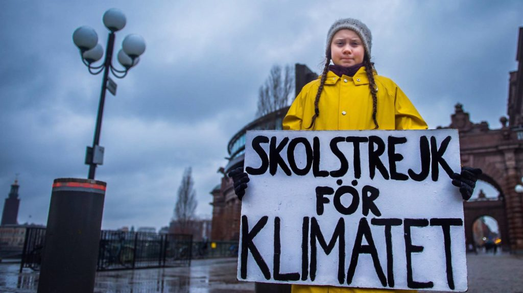 Greta Thunberg muestra el lema (Foto: HANNA FRANZEN/(EFE, Reprodução do El País)
