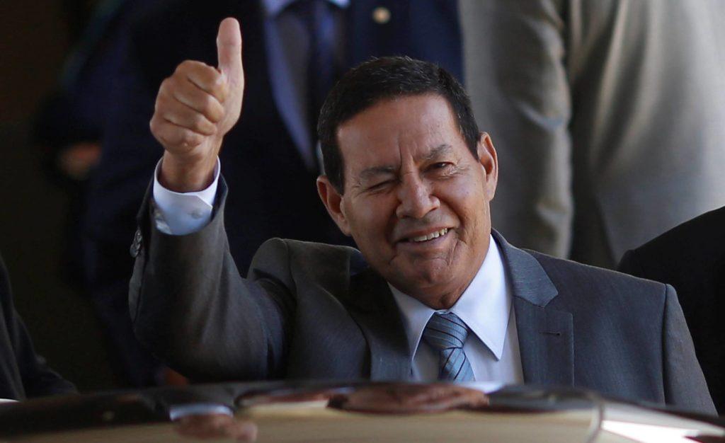 O vice-presidente Hamilton Mourão acena ao deixar o Palácio do Planalto no dia 24 de janeiro fFoto: Adriano Machado/Reuters (Reprodução do El País)