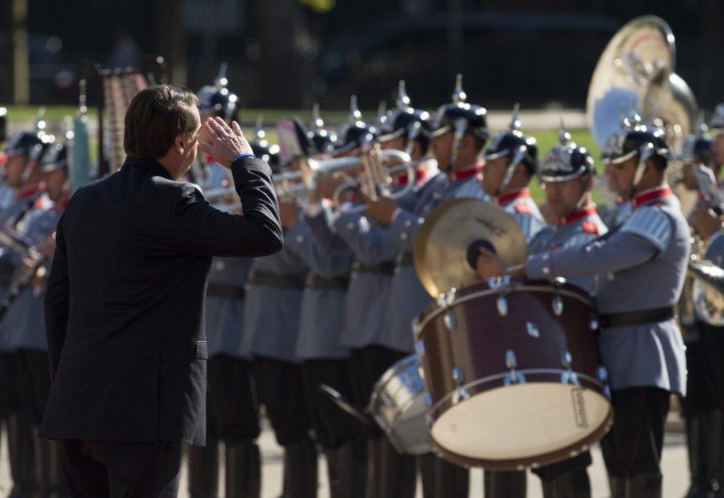 Bolsonaro bate continência aos militares (Foto: Esteban Felix/AP/Reprodução do El País)