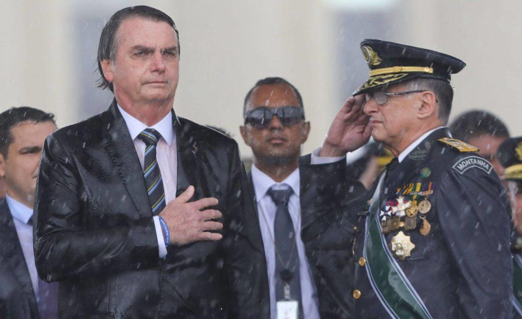 Bolsonaro e o Comandante do Exército, Edson Pujol, durante cerimônia em Brasília no dia 17 de abril (Sérgio Lima/ AFP/Reprodução do El País)