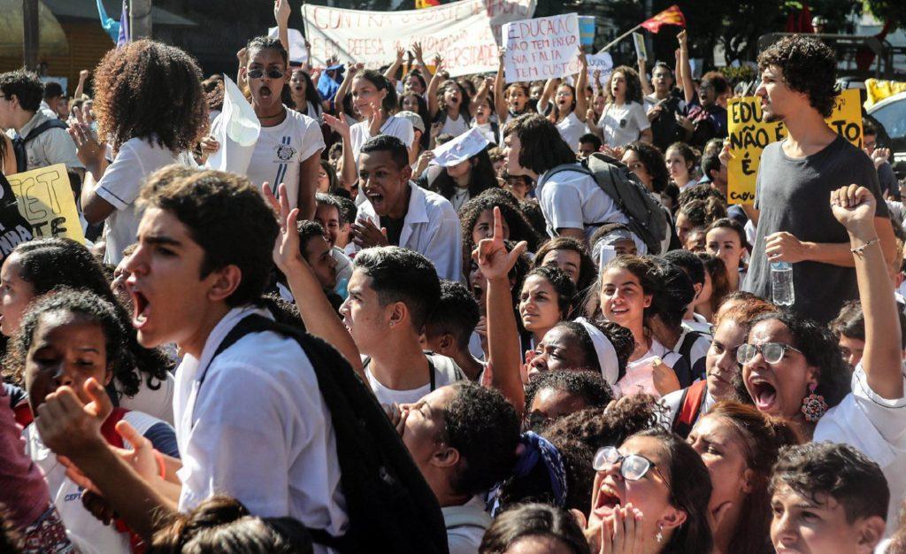 Protesto estudantil no Rio de Janeiro, no dia 6 de maio, contra os cortes anunciados pelo Governo. Estudantes voltam às ruas nesta quarta-feira (Foto: Antonio Lacerda/ EFE/ Reprodução do El País)
