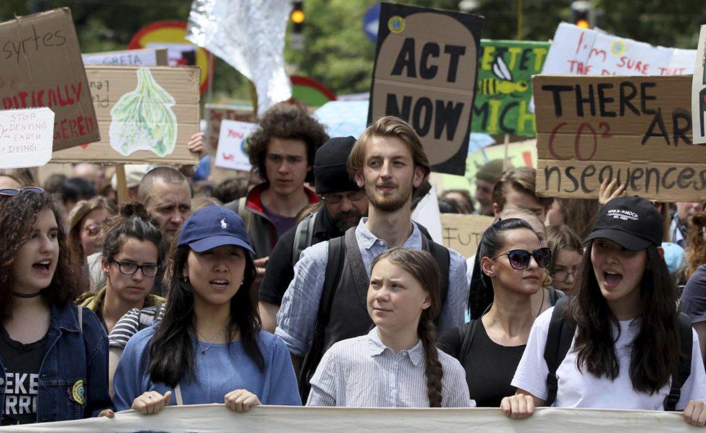 A ativista sueca Greta Thunberg (centro) participa de manifestação em Viena, Áustria, no dia 31 de maio (Foto: Ronald Zak/AP/Reprodução do El País)