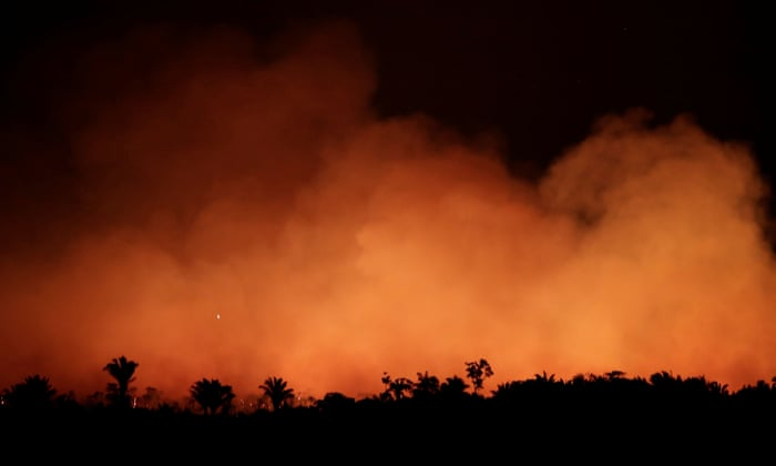 A fire in the Amazon rainforest near Humaita: 'This month, fires are incinerating the Amazon at a record rate, almost certainly part of a scorched-earth strategy to clear territory.' Photograph: Ueslei Marcelino/Reuters (Reprodução do The Guardian)