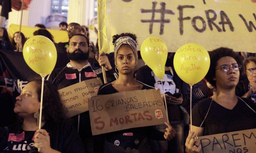 Protesto no Rio de Janeiro após a morte de Ágatha Félix (Foto: SILVIA IZQUIERDO/AP/ Reprodução do El País)