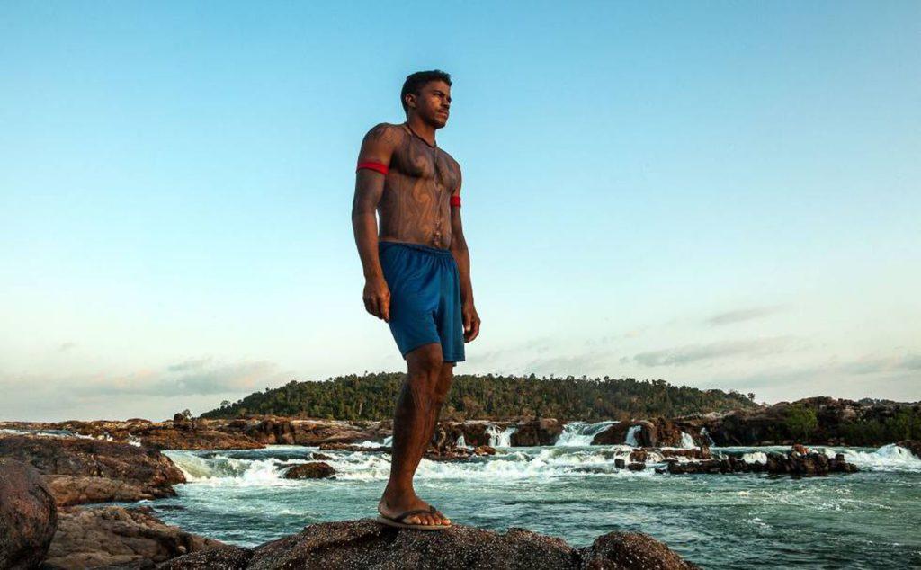 Giliard Juruna, cacique da aldeia Mïratu, é uma das principais lideranças na luta contra a morte da Volta Grande do Xingu, onde vive o seu povo. Na foto, feita em 2015, ele está na cachoeira sagrada do Jericoá. Foto: Lilo Clareto/Reprodução do El País