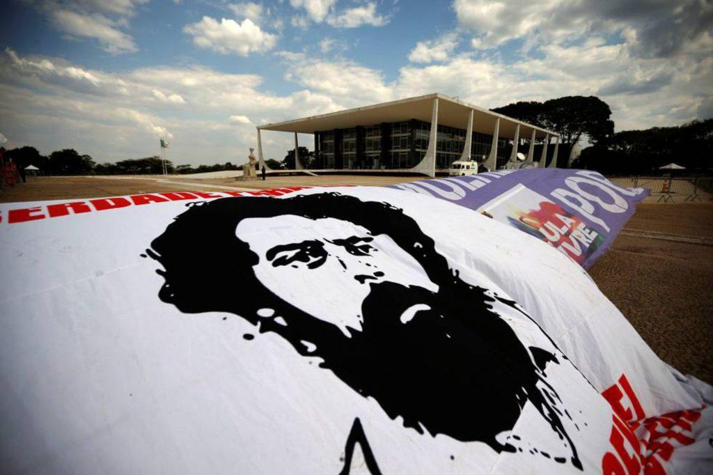 Cartazes pedindo a saída de Lula da prisão são colocados em frente ao STF. (Foto: Adriano Machado/Reuters/Reprodução do El País)