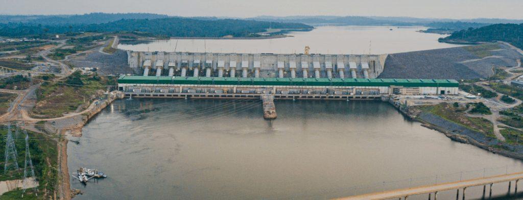 A barragem, chamada de Belo Monstro pelas famílias expulsas de suas casas, terras e ilhas, hoje se impõe na paisagem cortando o Xingu. (Foto: Divulgação)