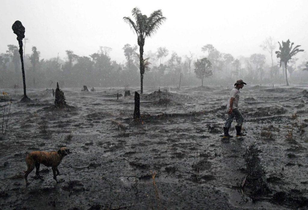Fazendeiro caminha em meio a área devastada por incêndio na região de Porto Velho, Rondônia. (Foto: CARL DE SOUZA (AFP/Reprodução do El País)