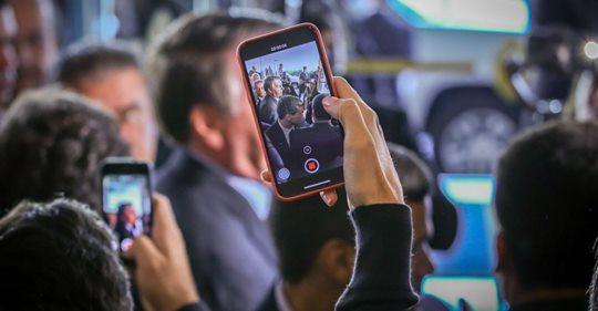 O presidente Jair Bolsonaro fala com a imprensa na saída de um evento em Miami.ZAK BENNETT / AFP (Reprodução do El País)