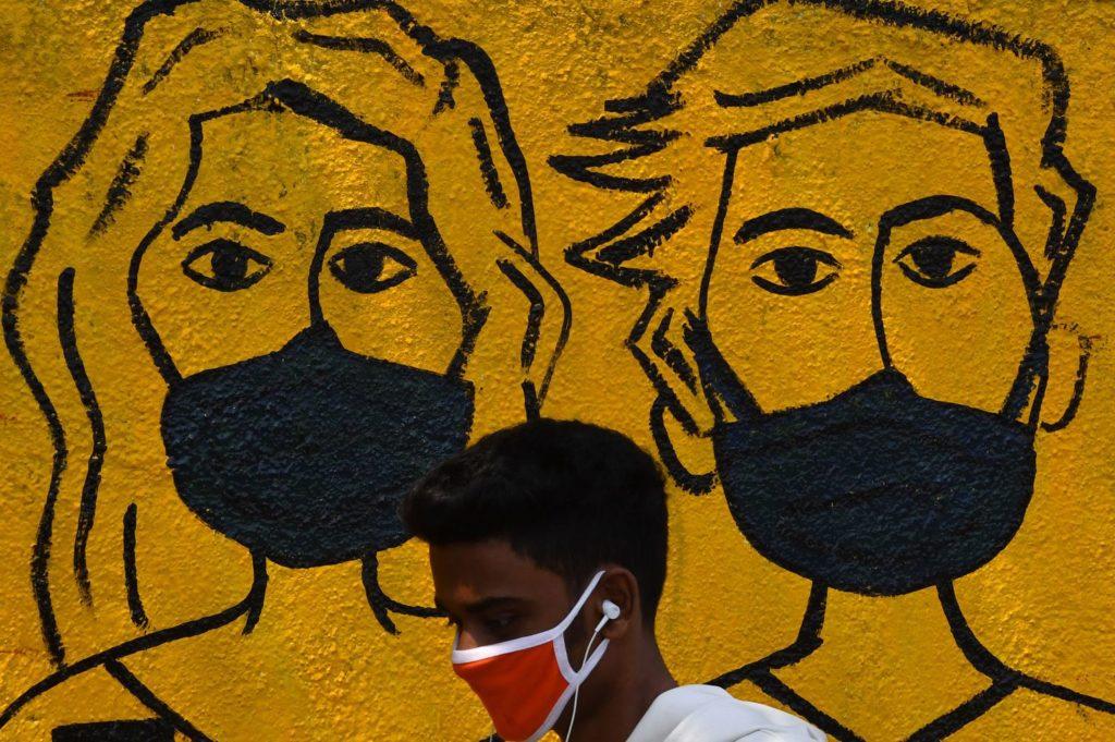 Jovem em Mumbai, Índia, no primeiro dia de quarenta imposta no país diante da pandemia de coronavírus, nesta quarta-feira.INDRANIL MUKHERJEE / AFP (Reprodução do El País)