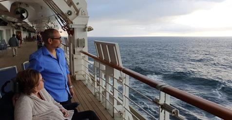 Kerry e Simon observam o mar a bordo do navio batizado de utopia. Viagem comemoraria 15 anos de casados.ARQUIVO PESSOAL (Reprodução do El País)