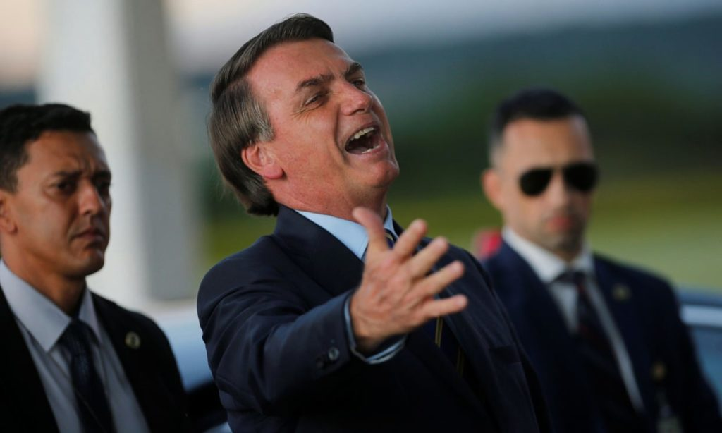 'In a nationwide broadcast last week, Jair Bolsonaro urged an end to the isolation advocated by his own government.' Photograph: Adriano Machado/Reuters (Reprodução do The Guardian)