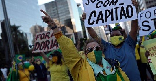 Protesto em Sµão Paulo contra as medidas de quarentena.AMANDA PEROBELLI / REUTERS (Reprodução do El País)