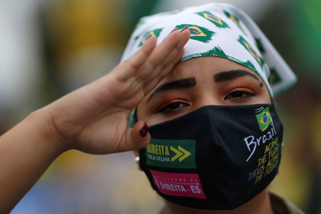 Apoiadora de Bolsonaro durante manifestação contra o STF, em 9 de maio em Brasília.UESLEI MARCELINO / REUTERS (Reprodução do El País)