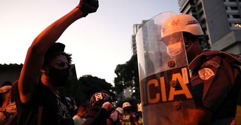 Protestos antirracistas em prol da democracia em São Paulo no dia 7 de junho.AMANDA PEROBELLI / REUTERS Reprodução do El País)