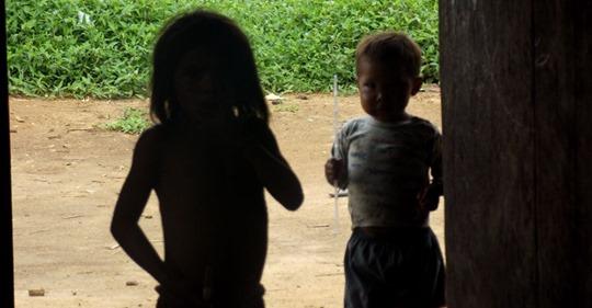 Crianças do povo Sanöma, que vive na Terra Indígena Yanomami, na fronteira do Brasil com a Venezuela.SÍLVIA GUIMARÃES / ARQUIVO PESSOAL (Reprodução do El País)