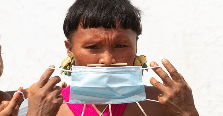 Uma indígena yanomami com uma máscara em 30 de junho em Alto Alegre. Segundo a Articulação dos Povos Indígenas do Brasil, há mais de 17.000 indígenas contaminados por covid-19, 547 mortos e 143 povos atingidos.JOÉDSON ALVES / EFE (Reprodução do El País)