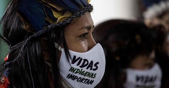 Una mujer indígena durante el funeral del cacique Messías Kokama, víctima de la covid-19, en el Parque de las Tribos, en la ciudad de Manaos, Amazonas (Brasil).RAPHAEL ALVES / EFE (Reprodução do El País)