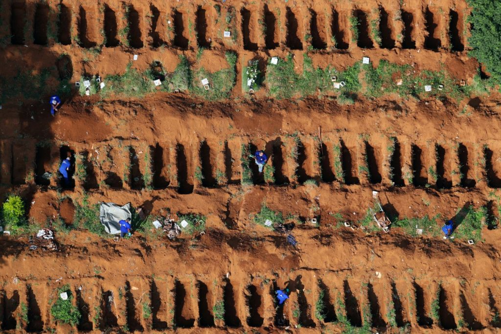 Covas abertas no cemitério de Vila Formosa, em São Paulo, para receber as vítimas da pandemia de covid-19AMANDA PEROBELLI / REUTERS (Reprodução do El País)