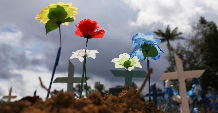 Sepulturas do cemitério Parque Tarumã em junho de 2020, Manaus. BRUNO KELLY / REUTERS (Reprodução do El País)