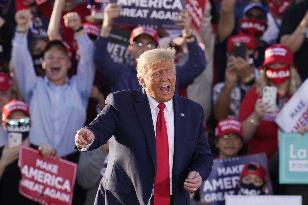 El presidente de Estados Unidos, Donald Trump, en un mitin de campaña este lunes en Tucson, Arizona (EE UU).ROSS D. FRANKLIN /AP/ Reprodução do El País)