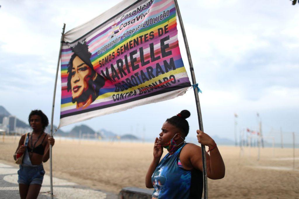Manifestantes seguram faixa alusiva a Marielle Franco em protesto contra.Jair Bolsonaro no Rio de Janeiro, em 7 de junho de 2020.PILAR OLIVARES / REUTERS (Reprodução do El País)