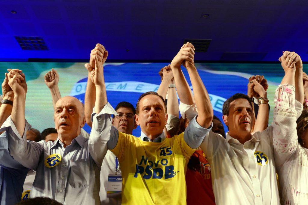 José Serra, João Doria e Bruno Araújo —presidente da sigla— durante a 15ª convenção do PSDB, em maio de 2019.ORLANDO BRITO / PSDB (Reprodução do El País)