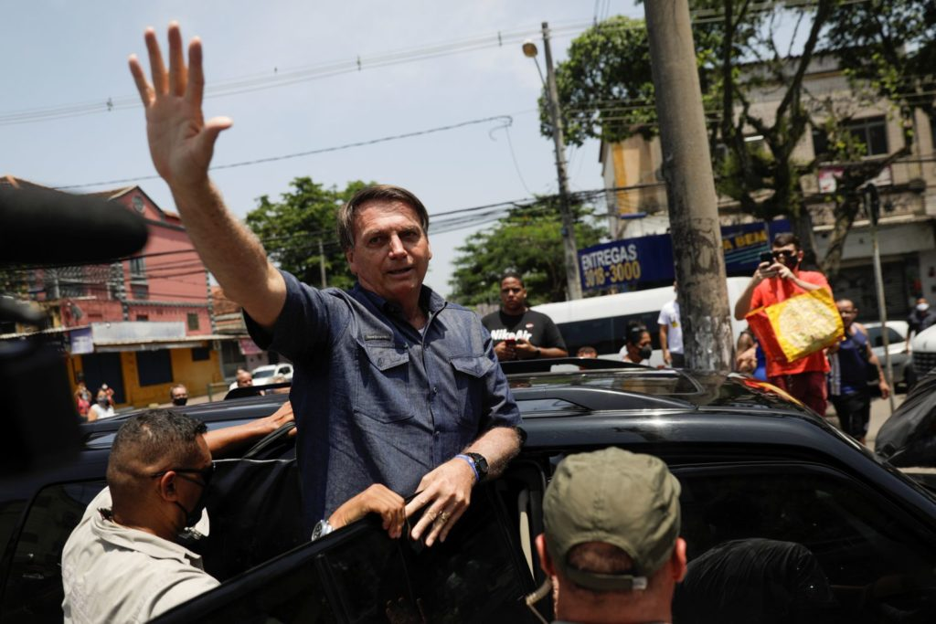 Presidente Jair Bolsonaro acena após votar no domingo.RICARDO MORAES / REUTERS (Reprodução do El País)